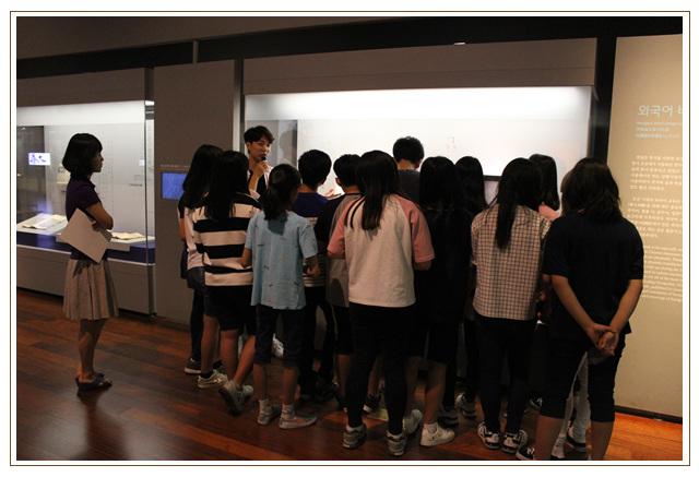 상설전시실에서 선생님의 설명에 집중하는 학생들