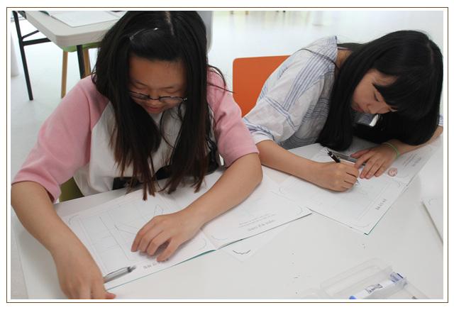 한글나눔마당에서 학습교재를 가지고 실습을 하는 학생들의 모습