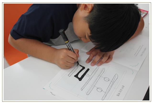 한글나눔마당에서 학습교재를 가지고 실습을 하는 학생의 모습