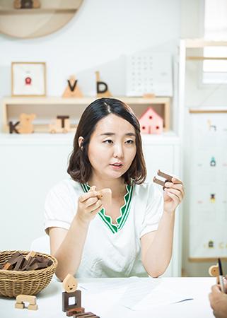 이응이 한글블록에 대해 설명하고 있는 유혜림 대표