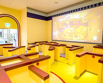 한글놀이터 속 미로 공간. 전체적으로 노란색으로 꾸며져 있다. 아이들 키높이에 맞춰 미로벽은 낮게 만들어져 있다. 한쪽 벽면에는 미로 공간을 위에서 촬영한 영상이 송출되고 있다. 미로는 한글 자음 모양을 형상화해서 만들어졌다.