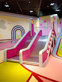 한글놀이터의 놀이기구. 분홍색의 미끄럼틀이다. 주변 공간 역시 분홍색, 민트색 등의 알록달록하게 꾸며져 있다.