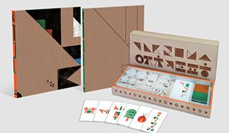 <2020 제6회 한글 창의 산업·아이디어 공모전>에서 대상을 수상한 한글 그림책 '길'. 갈색 배경에 삼각형 기하학무늬가 그려진 정사각형 책이 두 개 세워져 있다. 그 옆엔 직육면체 상자가 열려 있다. 상자 안에는 카드와 교구가 담겨있다. 상자 커버는 기하학적으로 형상화한 자음이 그려져 있다. 아래에는 게, 나무 등이 그려져 있는 카드가 나란히 나열되어 있다.