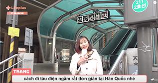 당링짱이 출연한 'Hanwha LIFEPLUS VN' 유튜브 채널 영상 캡처. 하얀 외투를 입은 당링짱이 핸드폰을 든 채 2호선 지하철역 입구에 서 있다.