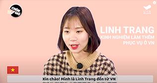 당링짱이 출연한 'Hanwha LIFEPLUS VN' 유튜브 채널 영상 캡처. 연한 황토빛에 갈색 체크무늬가 있는 니트를 입은 당링짱이 마이크를 착용한 채 무언가 말하고 있다. 배경은 분홍색이며 오른쪽에 'LINH TRANG'과 베트남어가 적혀있다.