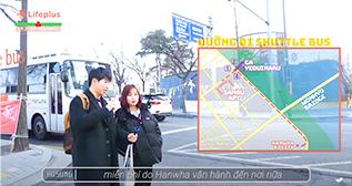 당링짱이 출연한 'Hanwha LIFEPLUS VN' 유튜브 채널 영상 캡처. 검은색 패딩을 입은 당링짱과 손에 카메라를 들고 있는 남성이 길거리에 서 있다. 뒤로는 도로와 도로 위에 멈춰있는 버스가 보인다. 화면 오른쪽엔 지도가 합성되어 있다.